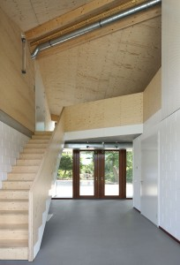 Entreehal, op de begane grond liggen twee klaslokalen en op de verdieping een kantoor en kantine