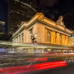 Verlicht Grand Central Terminal in New York, omringd door de sporen van het drukke verkeer