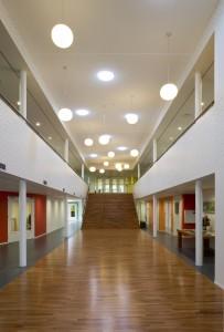 Centrale hal met vide, met een combinatie van daglicht via solar tubes en kunstlicht