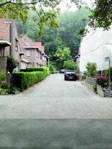Doodlopende straat in tuindorp Jekerdal met op de achtergrond de Sint Pietersberg.