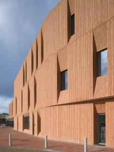 De bouwmassa van het Cultuurhuis is aan alle zijden geleed in drie lagen. De gevels zijn bekleed met verticaal prefab metselwerk en de vensters liggen in diepe neggen.