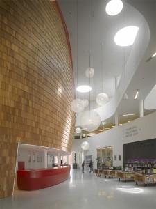 De multifunctionele entreehal wordt overdag gebruikt door de bibliotheek. Door een hoge vide is de ronde geschubde wand van de grote zaal op veel plekken zichtbaar in het Cultuurhuis. Programmeerbare led-tubes werpen van bovenaf gekleurd licht langs de wand.