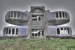 Aan de noordkust van Taiwan in Sanjhih bij Taipei is in 2010 een nooit voltooid vakantiecomplex met UFO-achtige capsules uit de jaren '70 gesloopt.