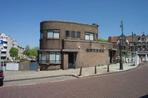 De monumentale Grote Havenbrug in Leiden met voormalig brugwachtershuisje annex politiepost