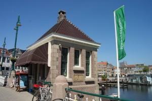 De Blauwpoortsbrug in Leiden is nu in gebruik als kantoor van een rederij. De brug gaat alleen open voor Sinterklaas.