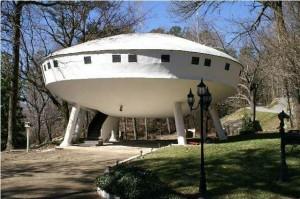 Spaceship House bij de Signal Mountain in Tennessee (VS) 1972, een wat grover dan de Futuro vormgegeven vliegende schotel op zes betonnen poten. Na vele jaren als woonhuis te hebben gediend is het sinds enige tijd te huur als vakantiehuis