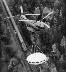 Op 22 oktober 1969 wordt een Futuro in zijn geheel verplaatst per helikopter boven Zweden.