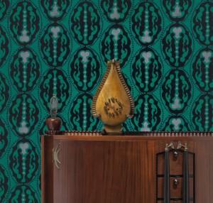 Michel de Klerk, dressoir, ontwerp 1916-1917 en klok, 1914; Lambertus Zwiers, ontwerp voor behang, 1915-1917. Foto: Erik & Petra Hesmerg.