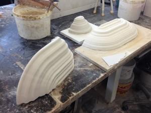 Boschrooms. Speciaal voor het Jeroen Boschjaar maakte Derksen het nieuwe product bij Cor Unum: Boschrooms, geëxtrudeerde porseleinen elfenbankjes die refereren aan Bosch' hallucinerende natuurschilderijen.