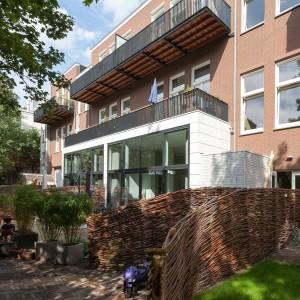2. Er is enige teleurstelling over de gemeenschappelijke tuin, die had groter gekund, realiseren de bewoners zich achteraf. De balkons zijn wel ruim: 2 x 7,5 m. Foto: CASA architecten