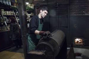 Casa Gispert is beroemd om zijn gepofte kastanjes, amandelen en gedroogde vruchten. De winkel zit al sinds 1850 op hetzelfde adres