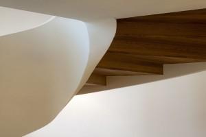 De trap naar de entresol heeft een borstwering van 8 cm brede houten delen en eikenhouten treden.