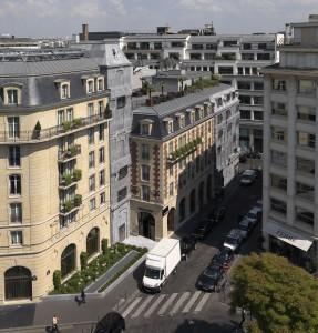 Renovatie en uitbreiding van Hotel Fouquet Barrière in Parijs, ontwerp Edouard François. De gevel is ontworpen als een precieze kopie van het oorspronkelijke gebouw, als een reliëf in beton gegoten, de ramen zijn als strakke glazen vlakken door het beton gepriemd