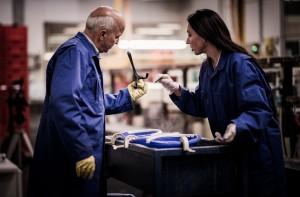 De nieuwe art director Carina Riezebos doopt haar ontwerpen handmatig in verschillende verfbaden onder het toeziend oog van de productieleider • Foto Studio Ziezo