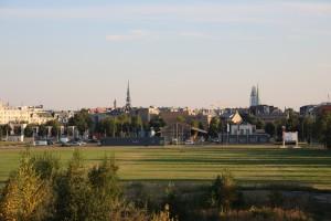 De locatie van het nieuwe museum, zicht richting zuid: op de achtergrond het oude centrum