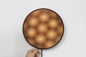 Moiré lampen David Derksen, door het draaien van schijven ontstaat een moiré effect in drie verschillende patronen: ruiten, zeshoeken en cirkels.