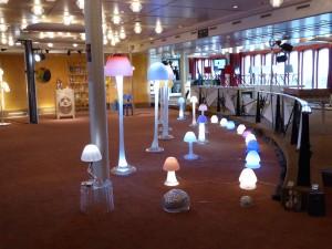 Object Rotterdam 2016 -  Queens Lounge Mushroom  lampen van Arnout Visser en rechts stoelen van Dimitri Kruithof.
