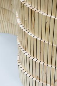 Als vormgever van het project Reconfiguration of a tree (DDW 2015) realiseerde Derksen een sculpturaal verlopend kamerscherm van Europees naaldhout met hars als lijm.