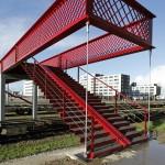 Knalrode brug verbindt Waalhaven