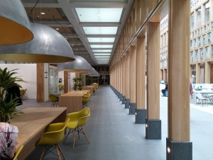 Publiekshal stadhuis Deventer, tussenzone met matglazen plafond.  Foto Jacqueline Knudsen