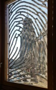 Lebuinuskerk door vingerafdruk (kunstwerk Loes ten Anscher) in raam stadhuis Deventer Foto Jacqueline Knudsen
