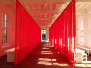 Centraal Museum refter, ontworpen door Lorien  Beijaert en Arna Mackic. Met aan het einde de glazen brug naar de stallen, ontworpen door SODA architecten. Foto: Jacqueline Knudsen