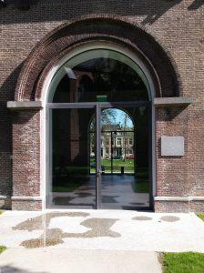 Centraal Museum doorzicht door stallen. bestrating loop door van binnen naar buiten. SODA architecten. Foto Jacqueline Knudsen