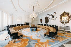 trouwzaal stadhuis Deventer, met nieuw interieur door Atelier PRO. Foto Eva Bloem