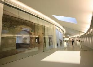Nieuwbouw met links de oudbouw, erussen zit de lichtstraat, achter de glazen wand.