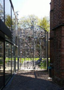 Hek Couzijn van Leeuwen tussen Cafe Centraal en Nicolaïkerk, met tuin Centraal Museum Utrecht. Foto Jacqueline Knudsen