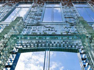 Glazen gevel gezien van binnen naar buiten, met glazen steunberen. Foto Daria Scagliola en Stijn Brakkee