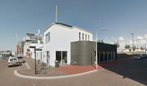 Hoek Lelykade en Bergenstraat: hengelsportwinkel beneden, boven horeca