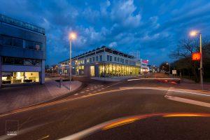 Exterieur van de Stadsdeelwerf Amsterdam-Zuid bij het vallen van de avond