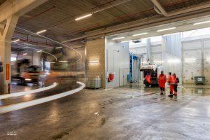 Vuilnisauto's rijden de nieuwe garage van de Stadsdeelwerf Amsterdam-Zuid binnen