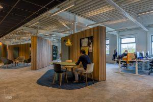 Mensen werken in het kantoor van het nieuwe onderkomen van de Stadsdeelwerf in Amsterdam-Zuid