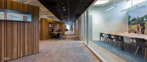 Kantoorruimte en vergaderzaal in het nieuwe bedrijfsgebouw van de Stadsdeelwerf Amsterdam-Zuid