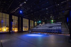 De Blauwe zaal heeft een nieuwe kolomloze dakconstructie gekregen en een inschuifbare tribune