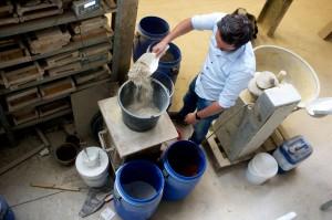 Tom van Soest mengt bouwgruis met zand in steenfabriek St. Joris