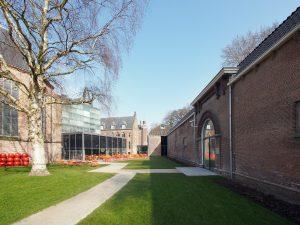 Tuin met links de Nicolaïkerk, het Café Centraal, de refter met brug naar de stallen rechts. Foto Hagen_Zeisberg
