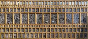 Gulden Snede in kozijnen gevel Grote Kerkhof stadhuis Deventer. Daarin vingerafdrukken van 2.264 Deventenaren in aluminium roosters. Foto Jacqueline Knudsen