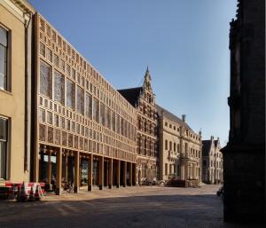 Gevel Grote Kerkhof stadhuis Deventer. V.l.n.r. De Hereeniging (1836), de nieuwbouw (2016 Neutelings Riedijk), het Landshuis (1637 trapgevel) en het oude stadhuis (1693 Jacob Roman). Foto Jacqueline Knudsen