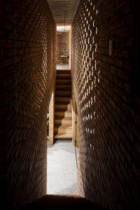 Alle gangen en kamers van het Termietenhuis komen samen in een centrale woonkamer