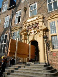 Houtelement voor nieuwe trap door poort Janskerkhof 23.09.2014