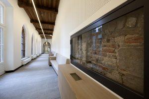 Kloostergang met muurvitrine met fragmenten van de gevel van de Minderbroerderskerk.