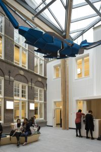 Het glasdak in het grote atrium heeft een overspanning van 9 meter. De blauwe walvis naar ontwerp van Anthonie Kleinepier, verwijst naar het instituut van Zoölogie, dat hier ooit gevestigd was. Het heeft ook een akoestische functie. De zitelementen zijn van Truc Vo.