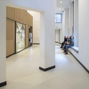 Op de plek van het anatomisch theater is nu een houten blok met een lunchuitgifte beneden en bovenop studieplekken. Zitplekken aan het raam zien uit op de kloostertuin