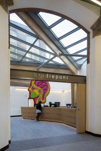 Atrium met informatiepunt voor studenten.