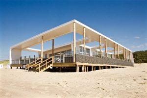 Strand Ruig, een permanent strandpaviljoen bij Cadzand. Ontwerp van Hans Jurgen Rombaut van Wonka Architectuur.