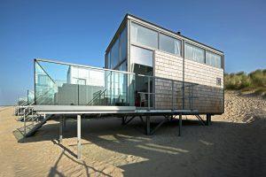 Strandhuisjes Domburg. WTS Architecten. Deels van gerecycled paalhoofdenhout dat in schijven is gezaagd die vervolgens als 'shingles' zijn verwerkt.