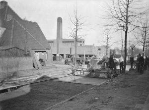 Aanleg van de Bosdrift, met op de achtergrond het badhuis van het 4e woningbouwcomplex.